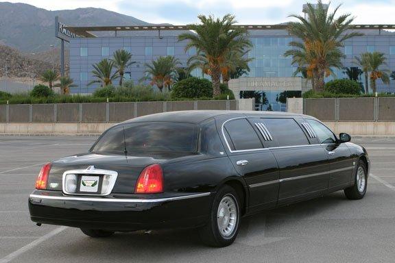 Limusina Ford Lincoln 75 Negra de Alquiler con Conductor – Coches de Alquiler en España