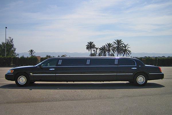 Limusina Ford Lincoln 120 Negra de Alquiler con Conductor – Coches de Alquiler en España