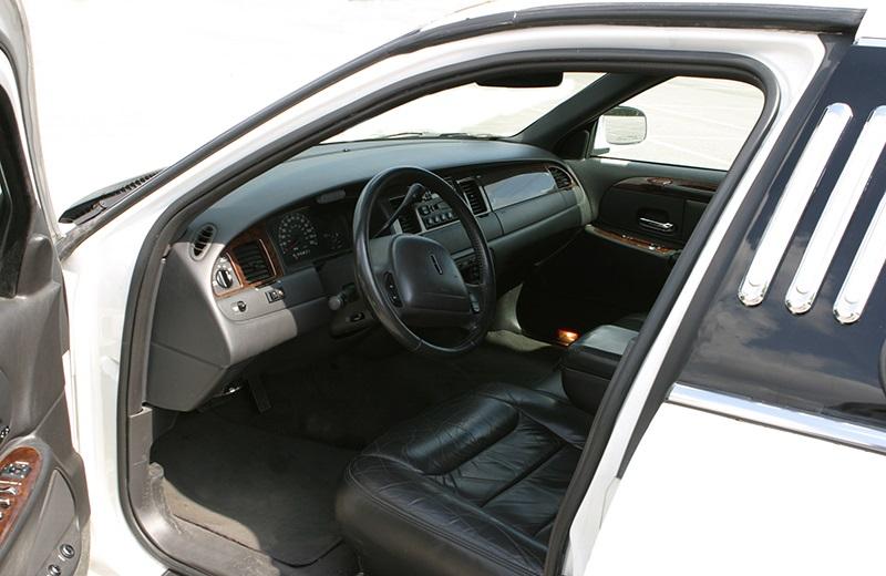 Limusina Ford Lincoln 120 Blanca de Alquiler con Conductor – Coches de Alquiler en España