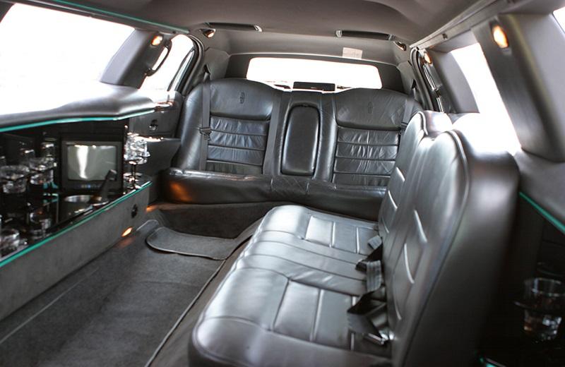 Limusina Ford Lincoln 120 Blanca de Alquiler con Conductor